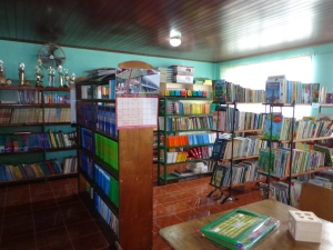 July 2013: Text books and reading material for the library has been almost exclusively provided by the generosity of travellers. (Alajuela, Costa Rica)